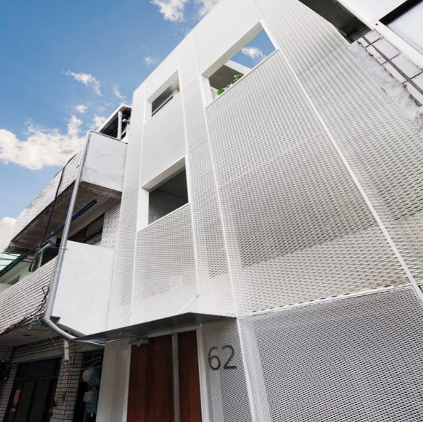 解析:冲孔铝单板幕墙的特性